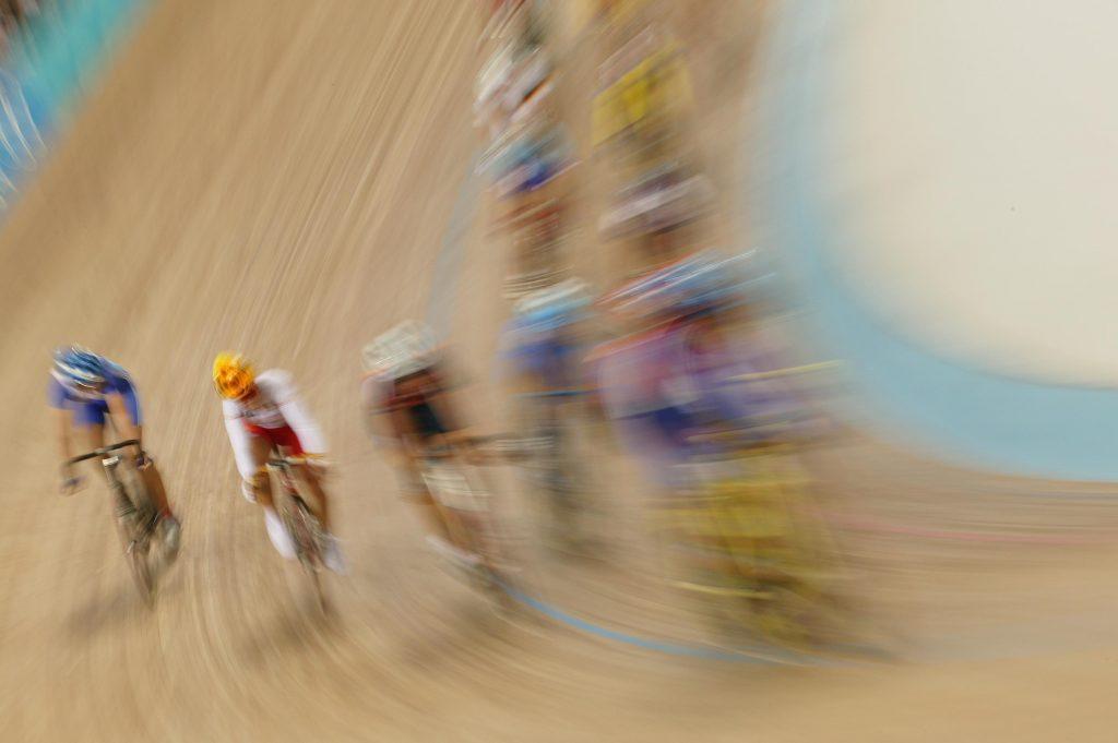 JO Athènes 2004, Cyclisme sur piste, course aux points Femmes - Les coureuses dans le virage.
